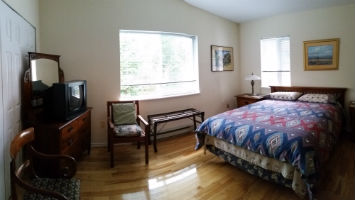 Bayridge B&B – bed & breakfast queen guest room